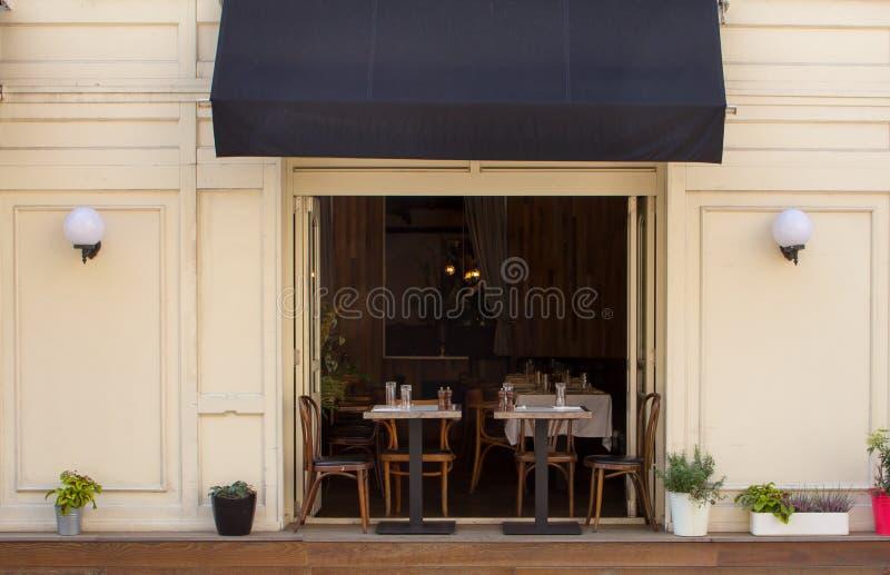 Café acolhedor na pista velha foto de stock