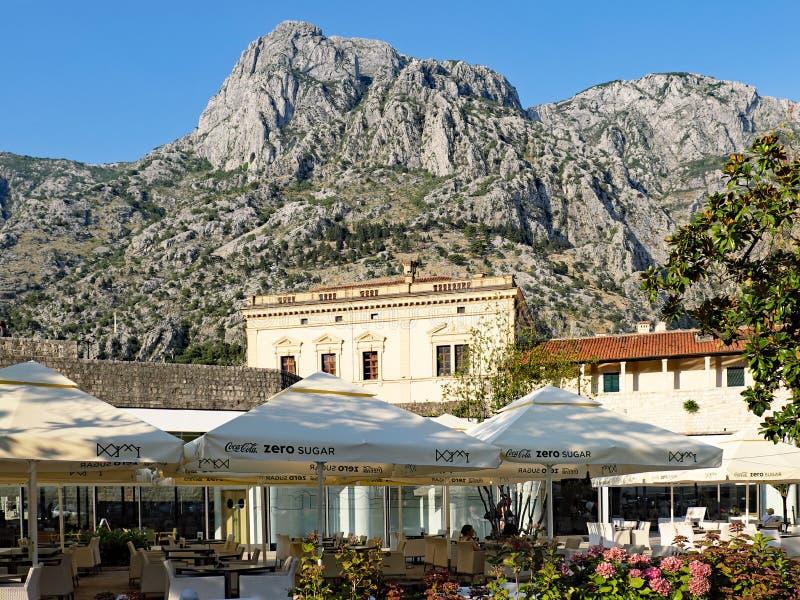 Café al aire libre, ciudad vieja de Kotor, Montenegro foto de archivo libre de regalías