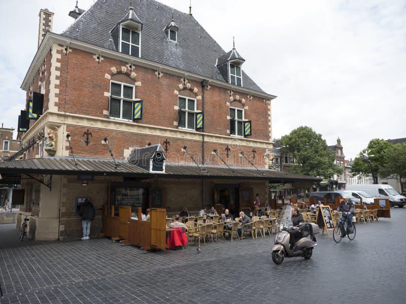Café al aire libre de Waag en cuadrado en el centro del viejo leeuw holandés de la ciudad imagen de archivo libre de regalías