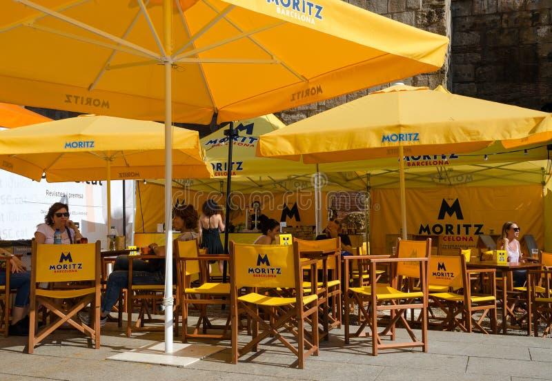 Café al aire libre en la calle de Barcelona en el cuarto gótico, España foto de archivo libre de regalías