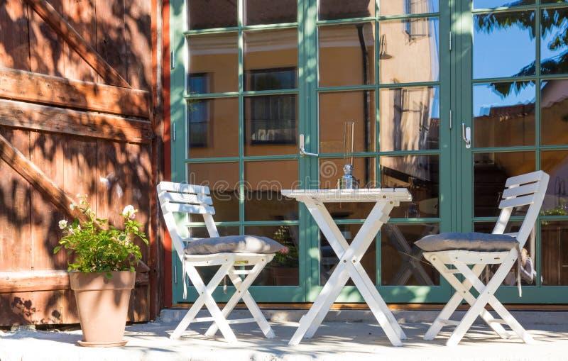 Café al aire libre en luz del sol fotografía de archivo libre de regalías
