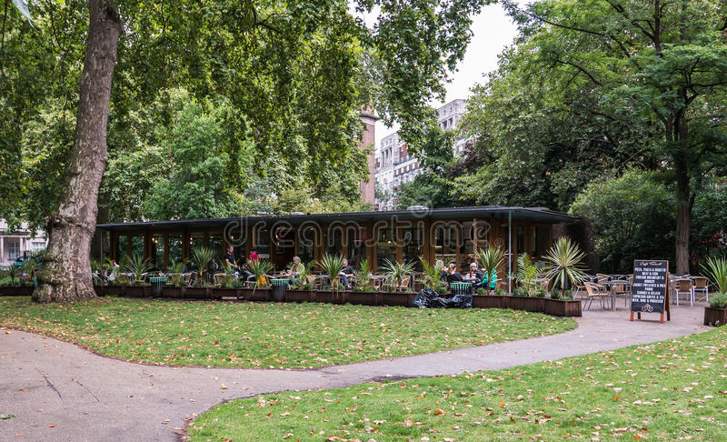 Café al aire libre en Russell Square, Londres, Reino Unido imagen de archivo