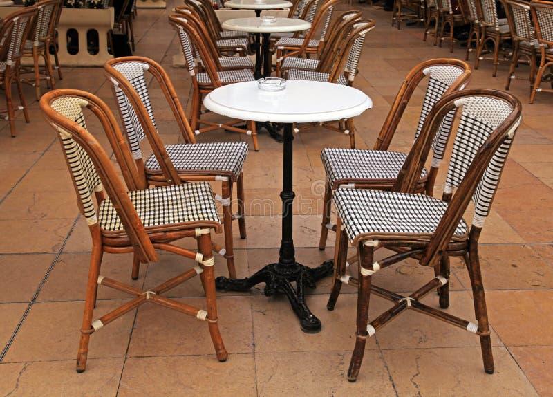 Café al aire libre francés con las pequeñas mesas redondas y sillas imagenes de archivo