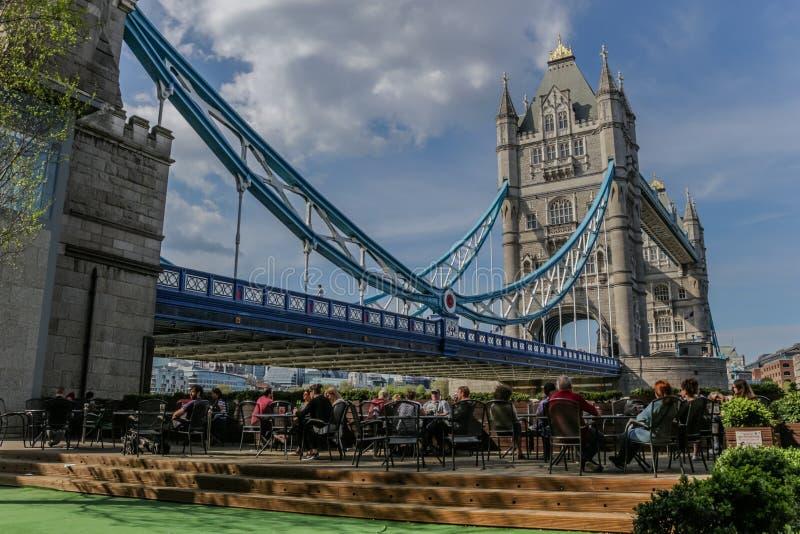 Café al aire libre por el puente de la torre imagen de archivo libre de regalías