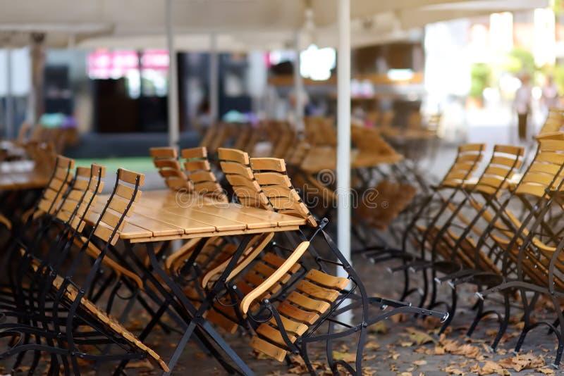 Café al aire libre vacío en la ciudad vieja Colonia, Alemania imagen de archivo libre de regalías