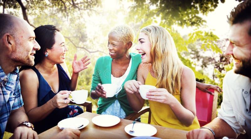 Café alegre de la amistad de los amigos del partido que cuelga hacia fuera concepto fotos de archivo