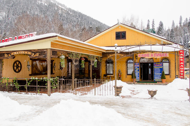 Café Alibek, situado na cidade pequena de Dombay imagem de stock