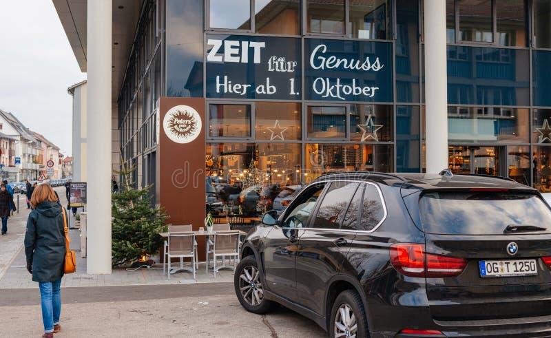 Café allemand Peters dans la ville avec des personnes marchant vers image stock
