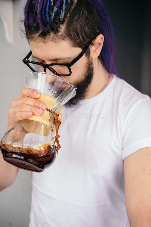 Café alternatif de chemex d'essai d'homme de barman de hippie photographie stock libre de droits