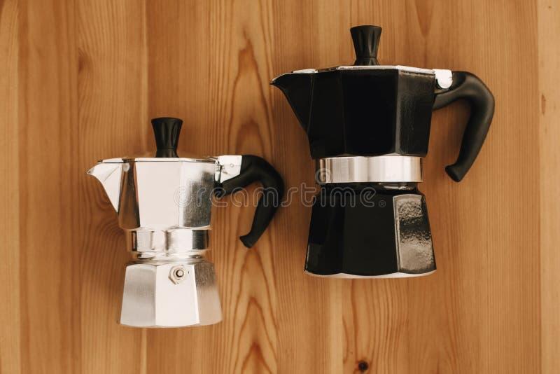 Café alternativo que prepara el sistema del método, endecha plana Accesorios y artículos elegantes para el café alternativo en la fotografía de archivo