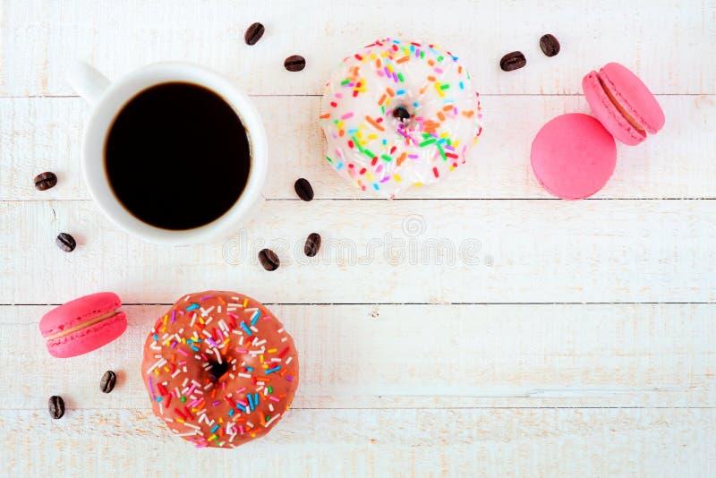 Café, anéis de espuma e bolinhos de amêndoa, configuração lisa sobre a madeira branca imagem de stock royalty free