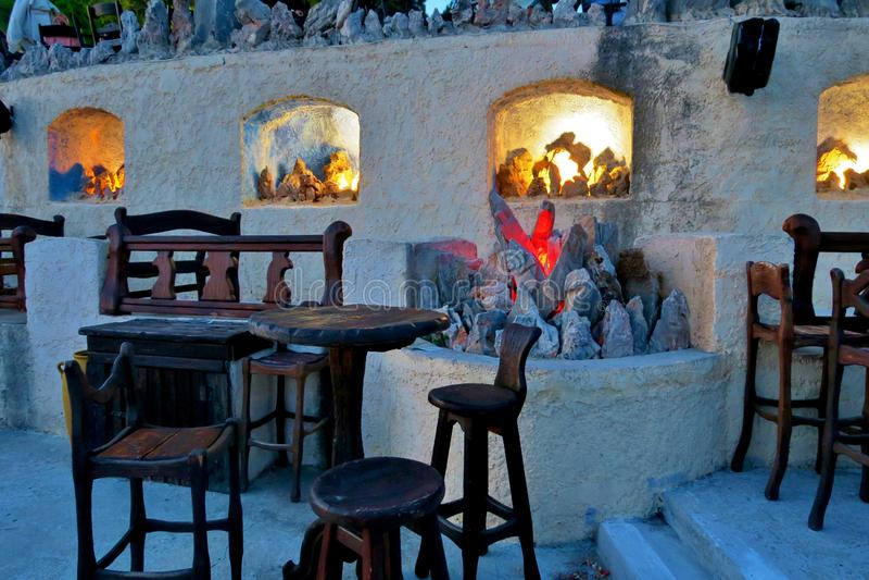 Café antiquado com velas e luzes foto de stock