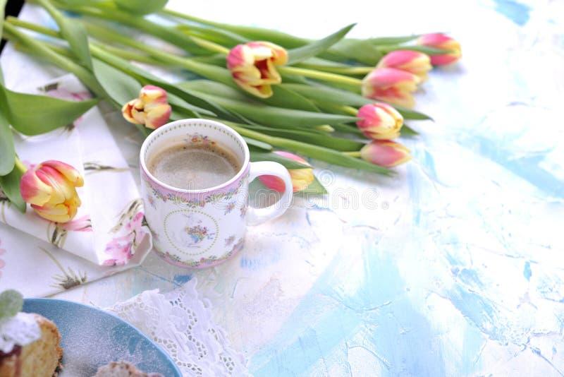 Café aromático de la mañana, ramo de tulipanes con los pétalos coloreados imagen de archivo libre de regalías
