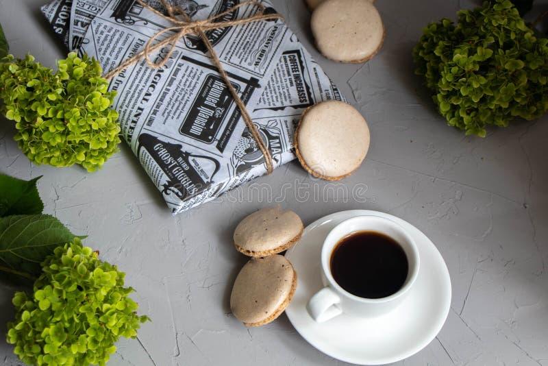 Café aromático derramado em um copo e em uns pires brancos fotos de stock