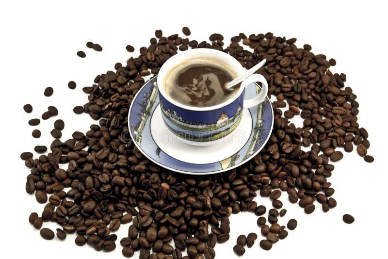 Café aromatique dans une tasse sur une soucoupe photos libres de droits