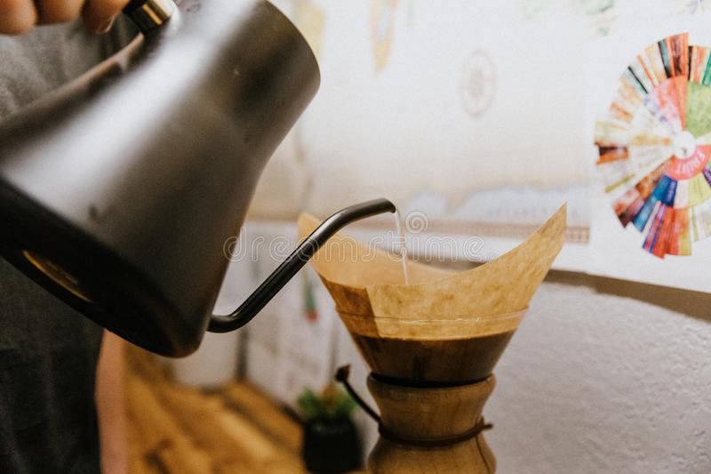 Café asado solo origen recientemente preparado que florece y que prepara en el florero de cristal de Chemex foto de archivo