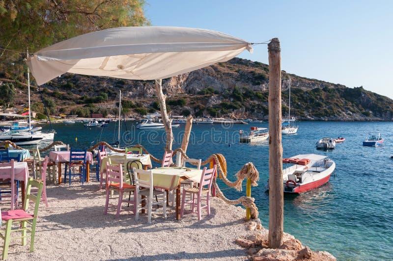 Café auf dem Strand an Agios Nikolaos-Hafen, Zakynthos lizenzfreie stockbilder
