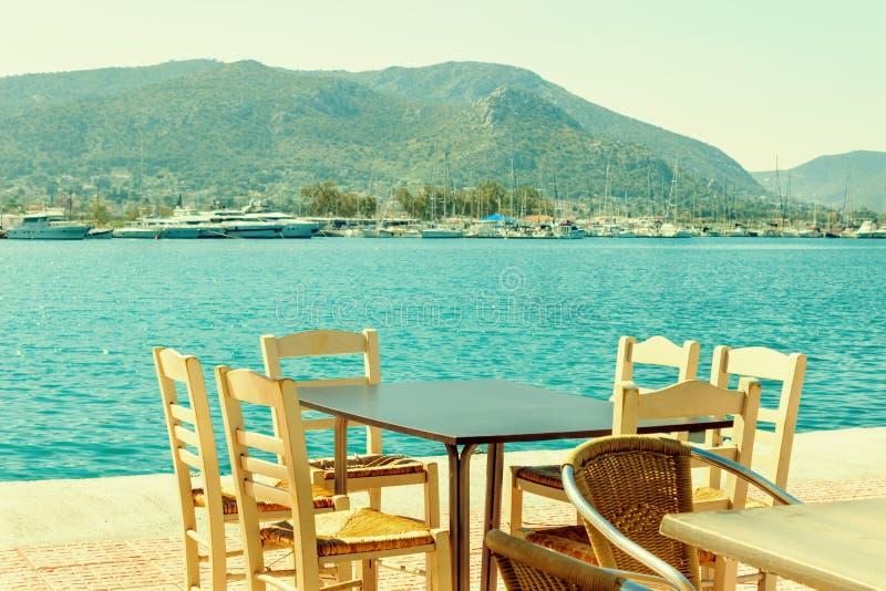 Café auf der Seeküste im Hafen der Insel der Salamis, Griechenland lizenzfreie stockbilder