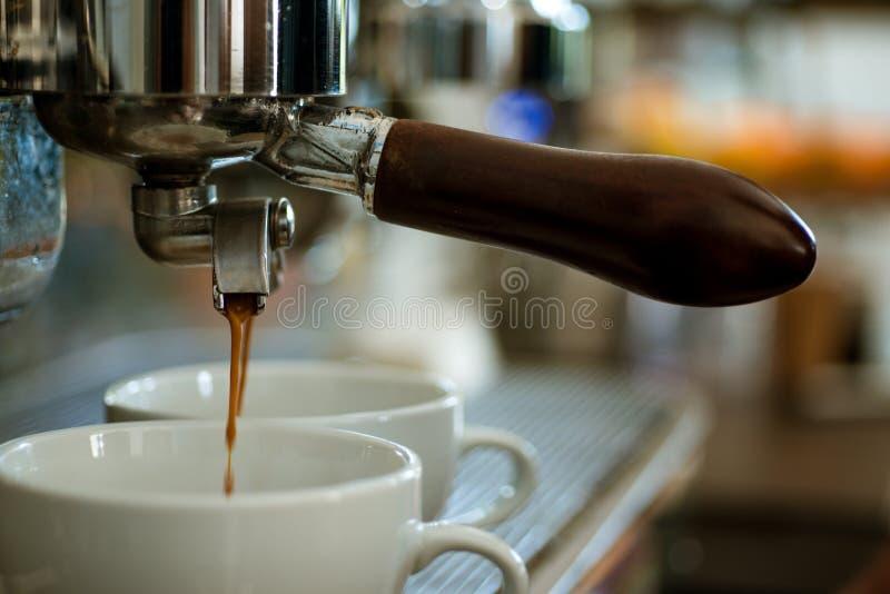 Café avec de diverses options Petites tasses pour servir la boisson chaude Café de brassage avec la machine d'expresso Fabricatio photos stock