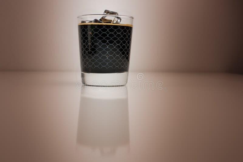 Café avec de la glace sur le fond de cappuccino images libres de droits