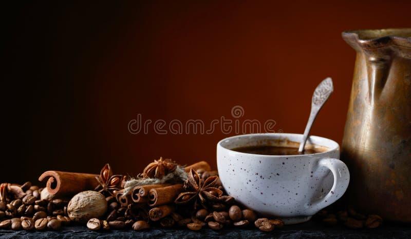 Café avec des épices images libres de droits