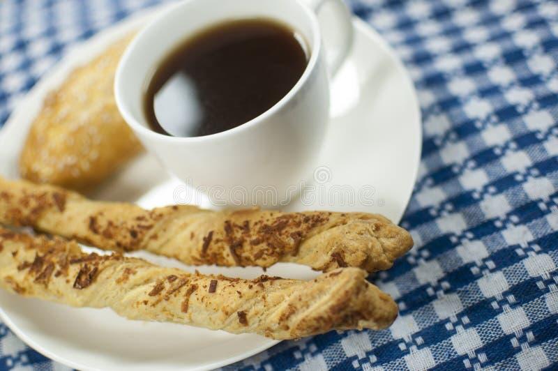 Café avec des bâtons d'empanada et de fromage photos stock