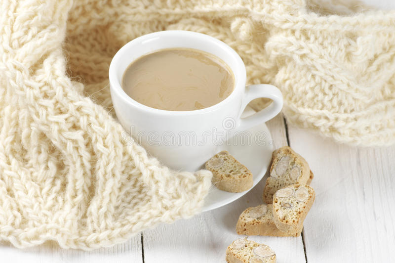 Café avec des biscuits et des tricots photos stock