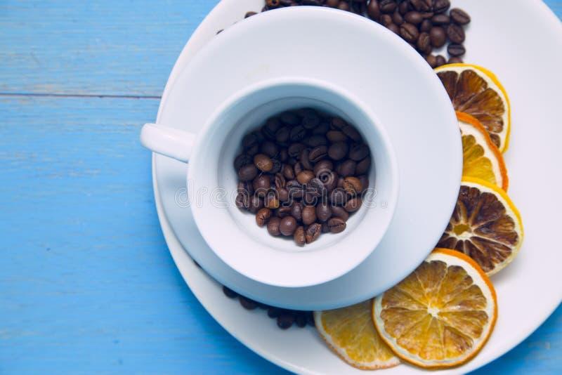 Café avec des bonbons sur un fond en bois bleu photos libres de droits