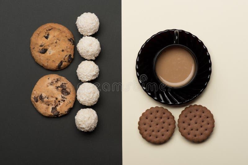 Café avec des gâteaux aux pépites de chocolat et des sucreries photographie stock libre de droits