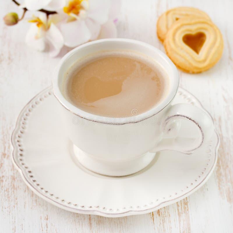 Café avec du lait et des biscuits photographie stock libre de droits