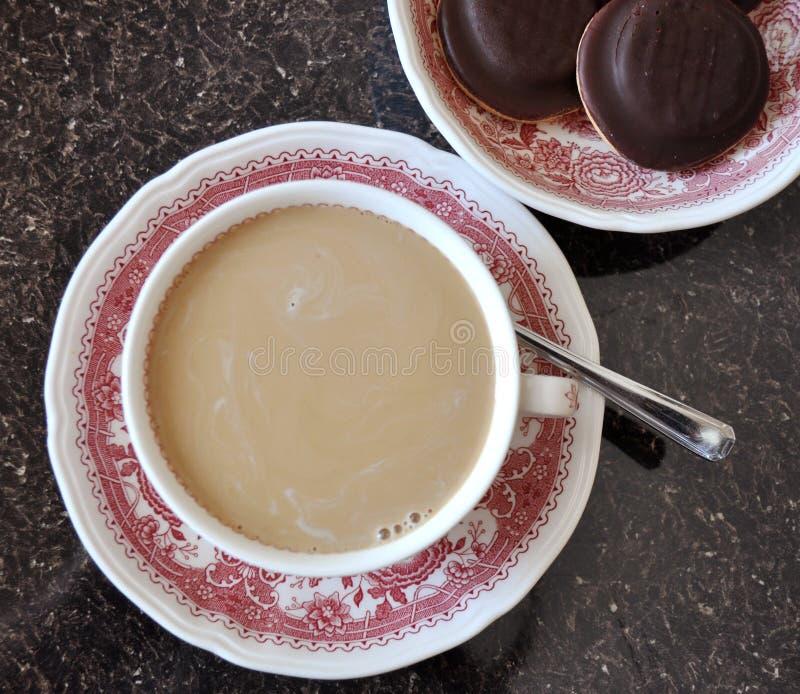 Café avec du lait et des biscuits photographie stock