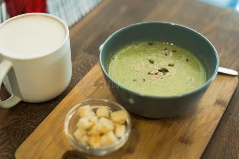Café avec du lait et un beignet photographie stock