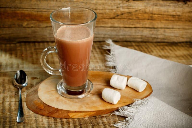 Café avec du lait sur le fond en bois avec la cuillère et le ze photographie stock libre de droits