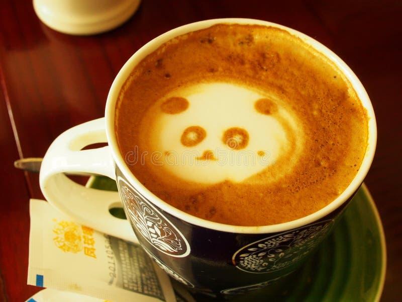 Café avec l'art de latte de panda photographie stock