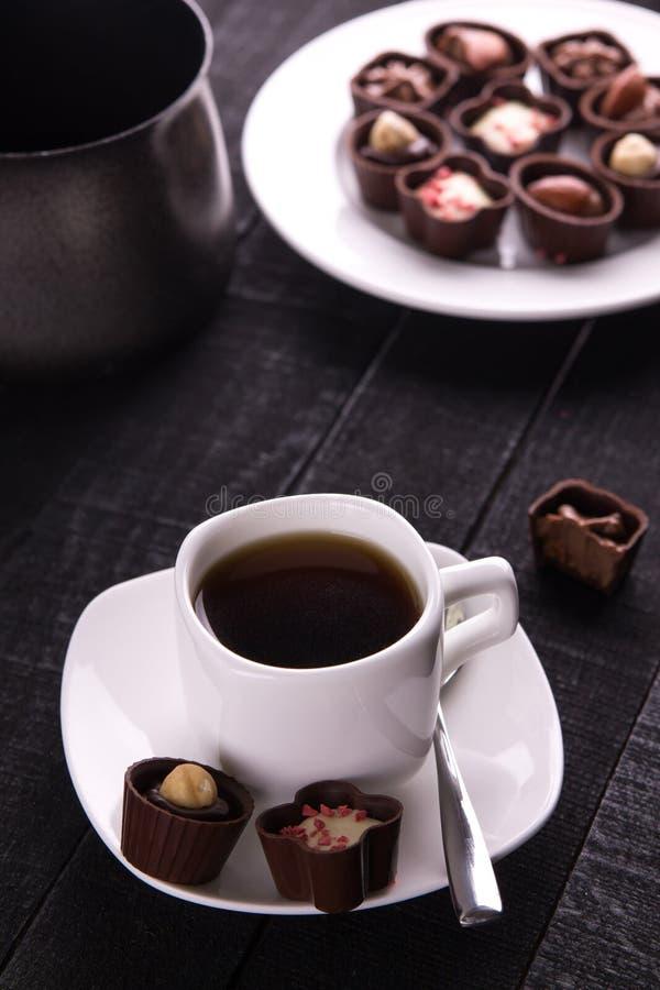 Café avec l'assortiment des bonbons au chocolat photo stock