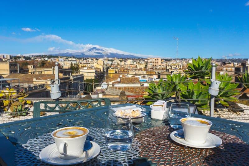 Café avec l'Etna à l'arrière-plan, Sicile photo stock