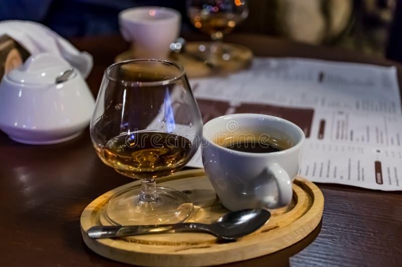 Café avec le cognac, sur la table photo libre de droits