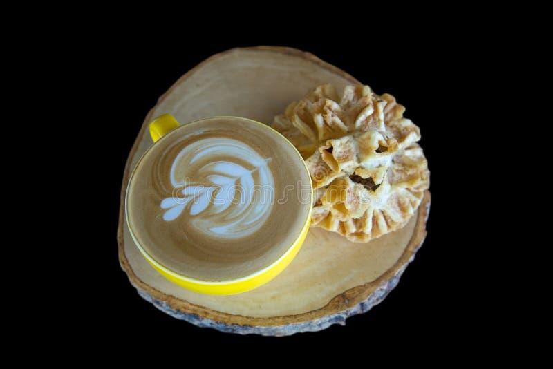 Café avec le cookiesfocus croustillant de fleur de lotus de casse-croûte thaïlandais sélectif image libre de droits