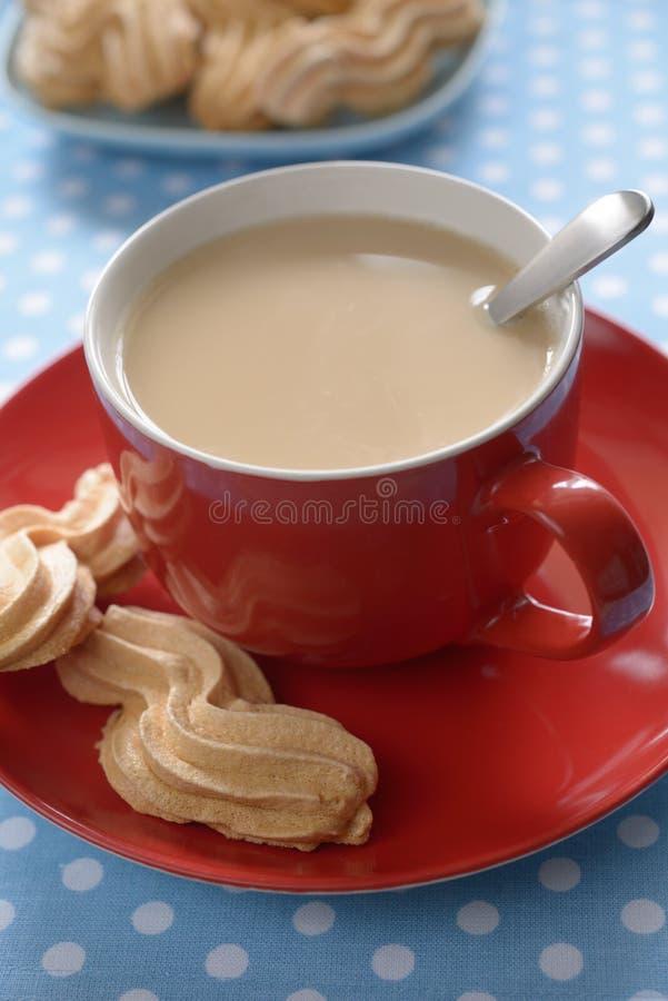 Café avec le gâteau de lait et de meringue photo libre de droits