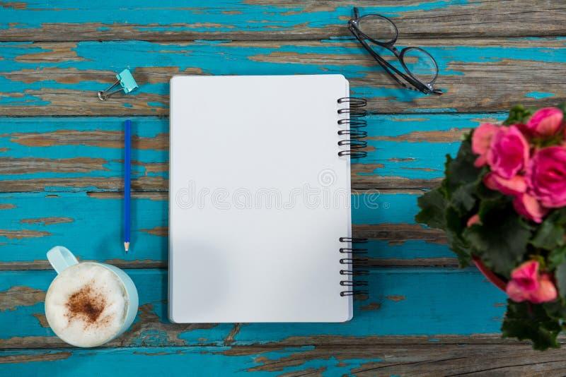 Café avec le vase à bloc-notes et à fleur images libres de droits