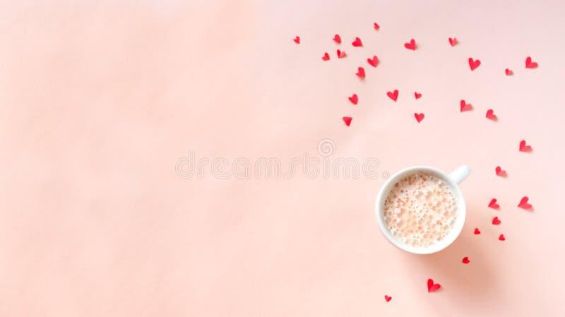 Café avec les coeurs rouges images stock