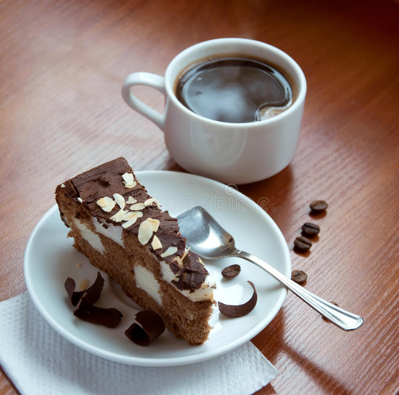 Café avec un gâteau de chocolat photos stock