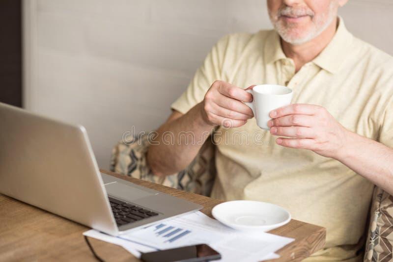 Café bebendo agradável do homem superior imagem de stock royalty free