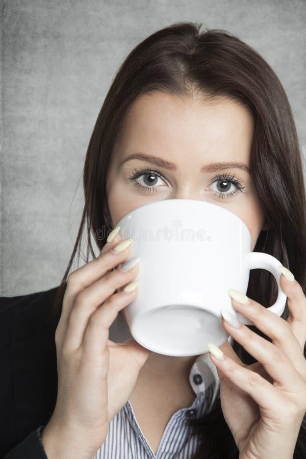 Café bebendo bonito da mulher de negócio imagens de stock royalty free