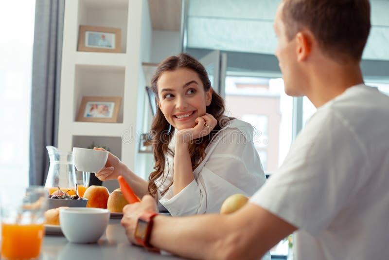 Café bebendo da esposa na manhã e fala ao marido foto de stock