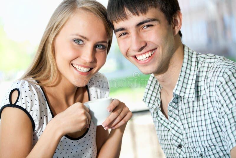 Café bebendo da jovem mulher atrativa com seu noivo fotografia de stock