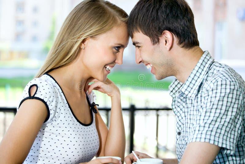 Café bebendo da jovem mulher atrativa com seu noivo imagens de stock