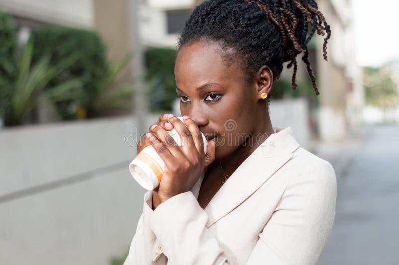 Café bebendo da jovem mulher fora fotos de stock