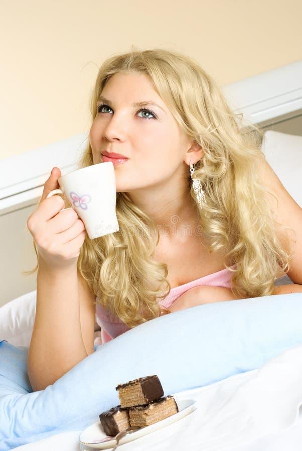 Café bebendo da menina sonhadora fotos de stock