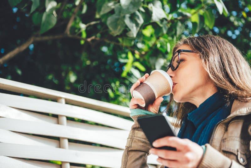 Café bebendo da mulher ao ar livre foto de stock